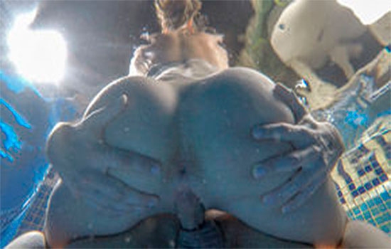 babes-julia-roca-y-jay-smooth-follando-en-la-piscina